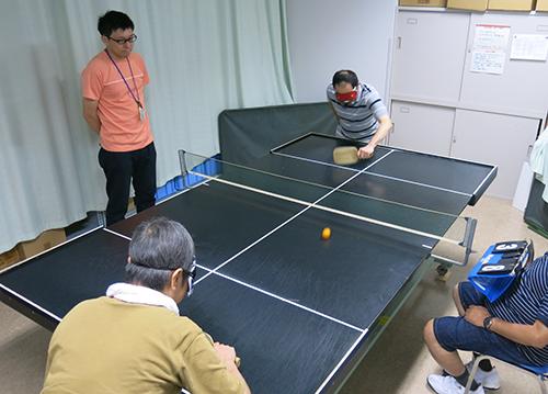 盲人卓球の練習